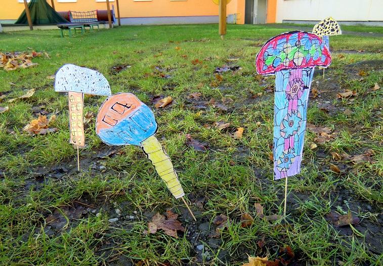 pred-skolkou-rostou-houby3